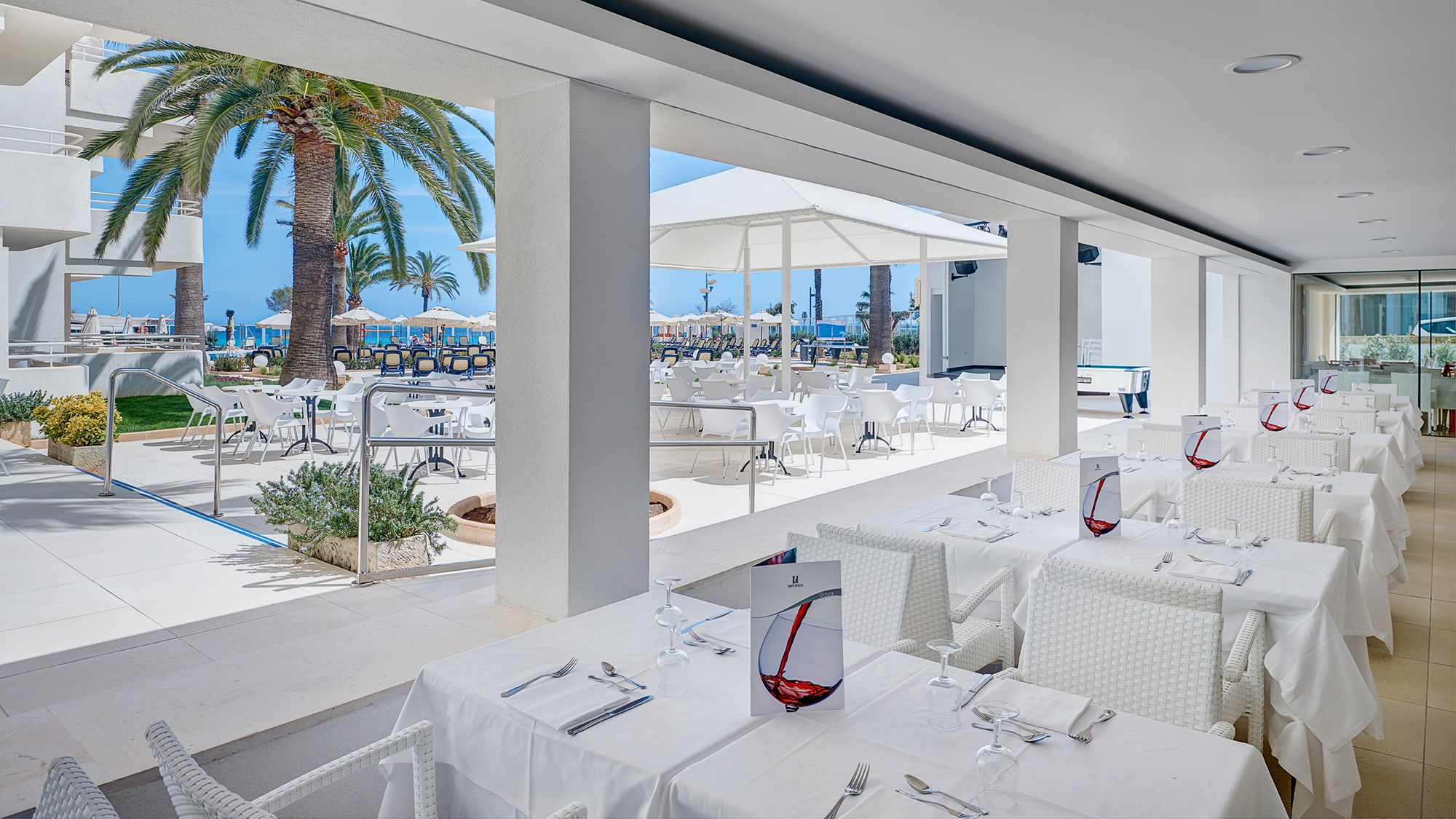 Hipotels mercedes photo gallery majorca for Restaurants with a terrace